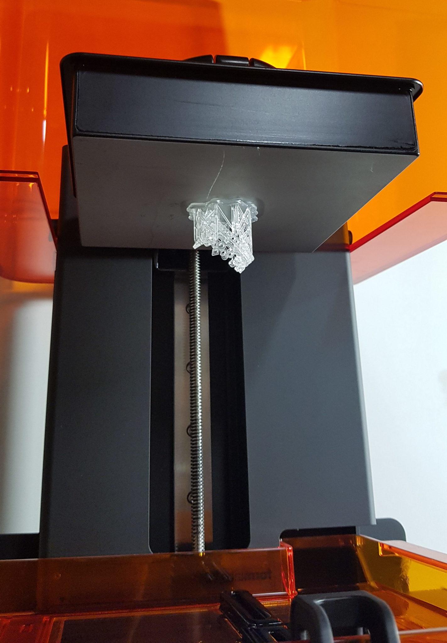 SLA Drucker mit einem fertig gedruckten Modell