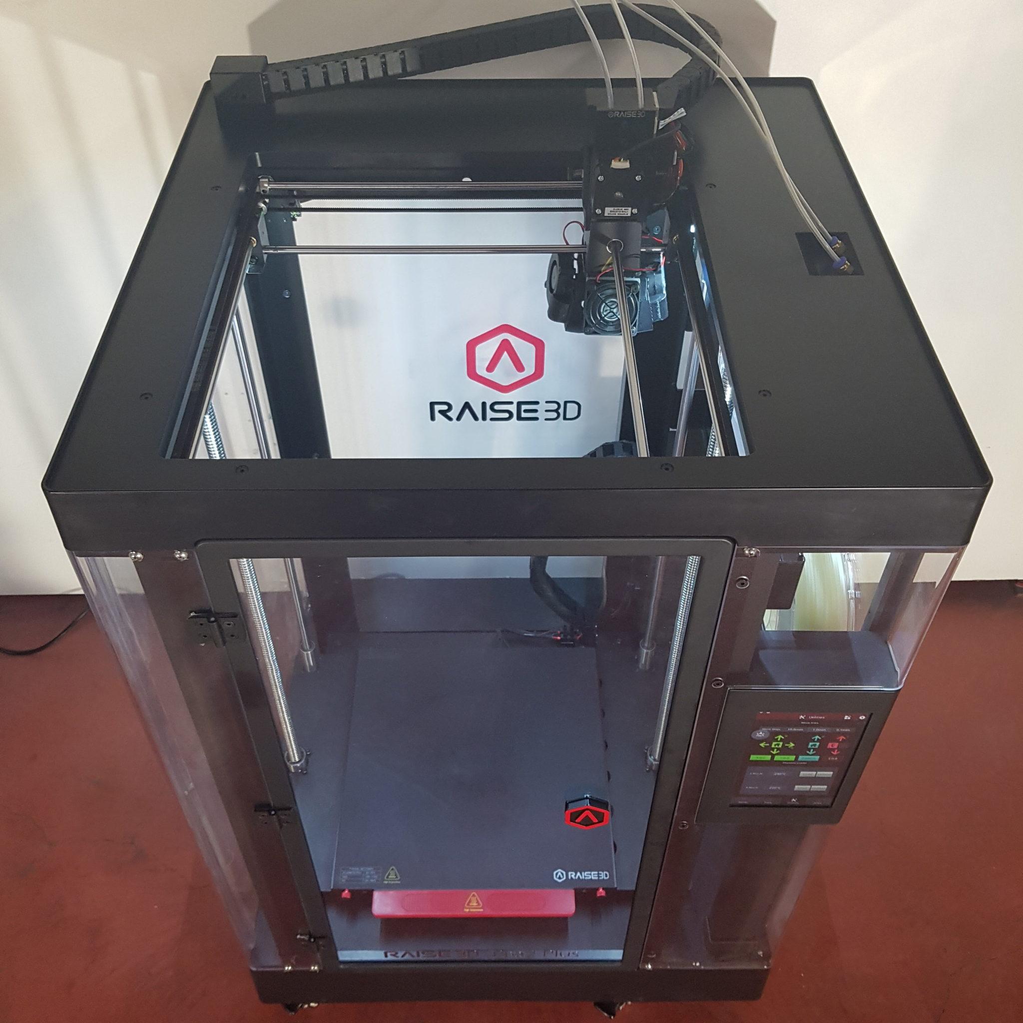 FDM Drucker mit komplett heruntergefahrenem Druckbett